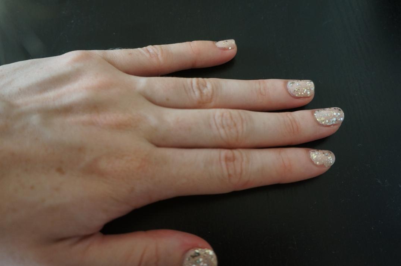 nude glitter manicure
